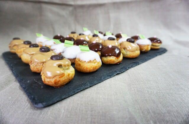 30 minis choux fourrés : 10 pièces vanille, 10 pièces mocca, 10 pièces chocolat