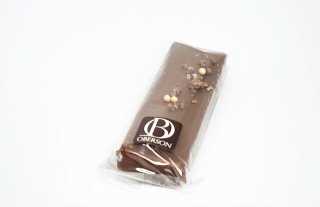 Barre fourrée de gianduja aux noisettes et éclats pétillants enrobée de chocolat lait