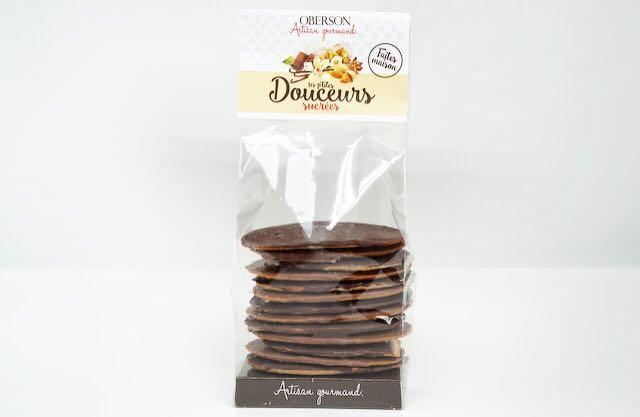 Biscuits fins aux amandes brutes, nappés de chocolat lait et chocolat noir. Sachet de 150 gr.