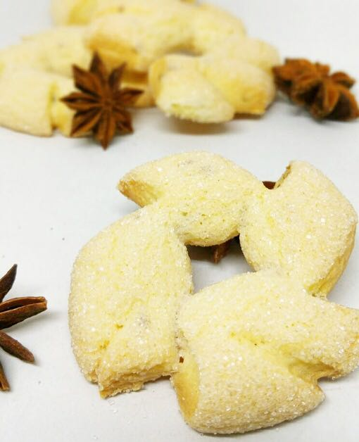 Petits biscuits au beurre à l'anis. Spécialité Fribourgeoise. Médaille de bronze 2006 et 2010 et médaille d'argent 2008 au Swiss Bakery Trophy. Sachet de 200 gr.