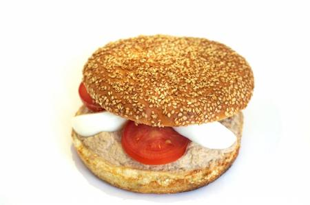 Pain hamburger aux sésames, thon rose, mayonnaise, oeuf, salade, tomate