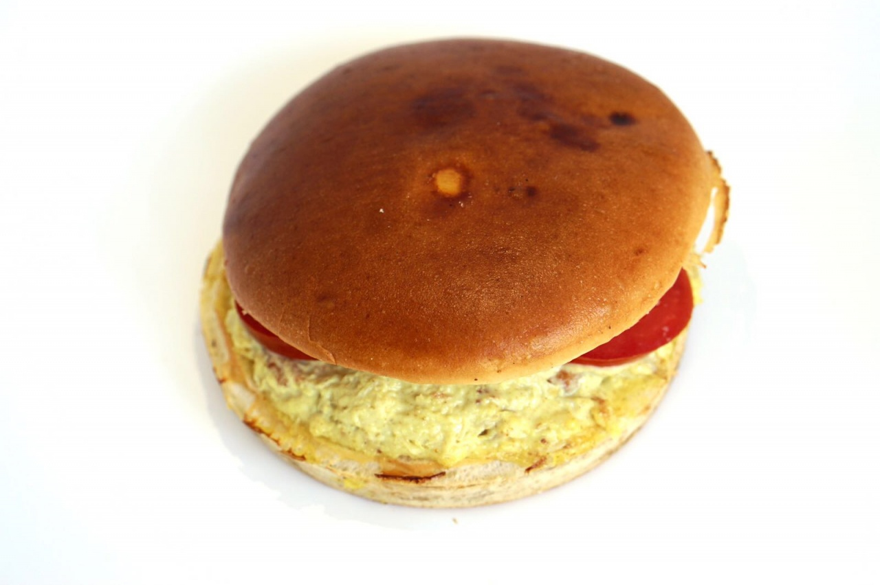 Buns nature, poulet, mayonnaise, fromage blanc, curry, tomate, salade, oignons rouge