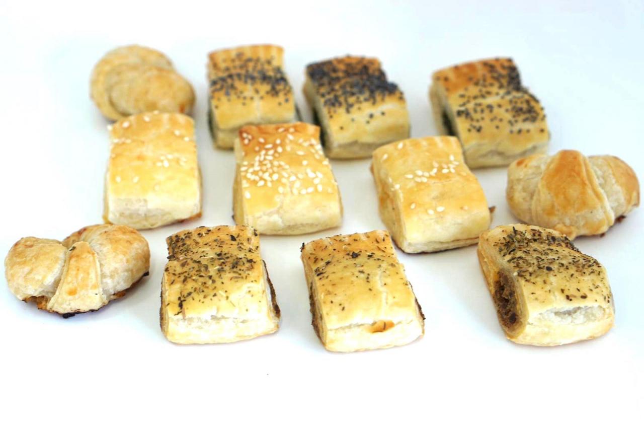 Assortiment de minis croissants au jambon, feuilletés au fromage, feuilletés au saumon, feuilletés aux épinards - ricotta, feuilletés à la viande