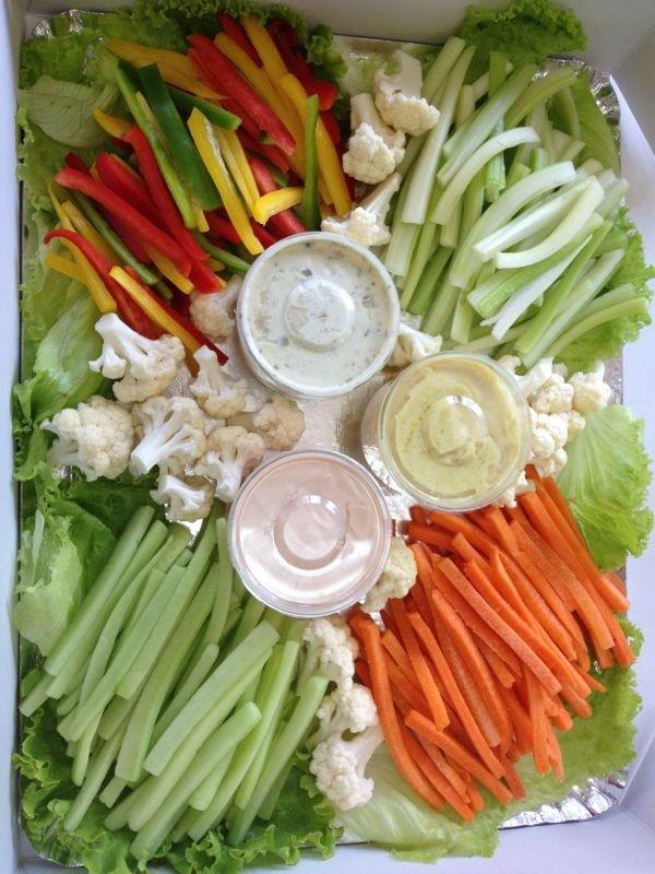 Bâtonnets et bouquets de légumes tels que carottes, céleri branche, concombre, chou fleur etc.. et sa sauce dips pour agrémenter