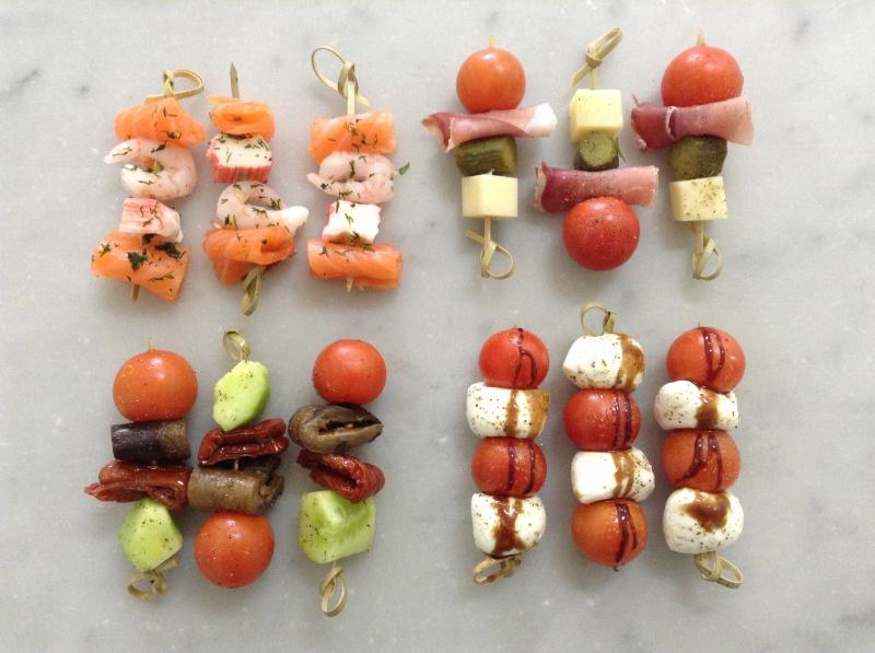 Quatre sortes de brochettes apéritives : végétarienne, paysanne et italienne