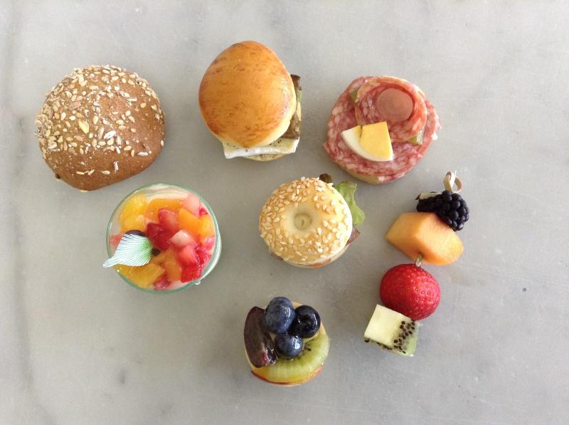 1 buns cocktail, 1 mini canapé, 1 bagel cocktail, 1 plateau fromages, 1 plateau charcuterie, pain sur demande, 1 mignardise sucrée, 1 brochette de fruits, 1 macaron