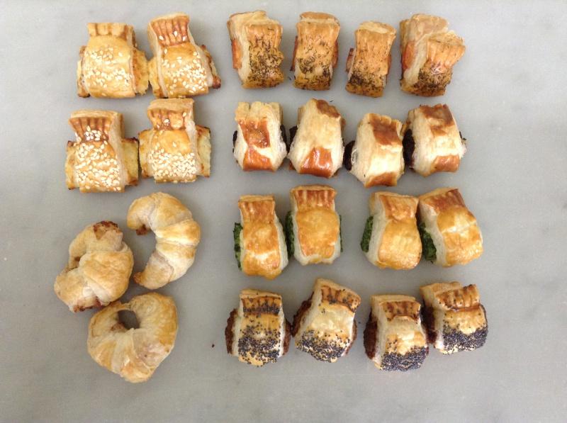 Assortiment de minis croissants au jambon, feuilletés aux olives, anchois, fromage, etc..