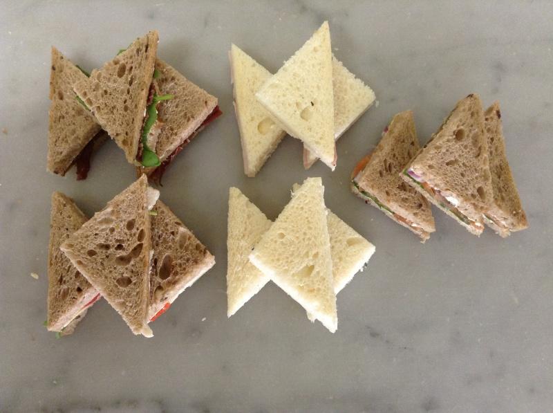 Cinq sortes de sandwichs cocktail : au saumon raifort, poulet, jambon, philadephia et viande séchée