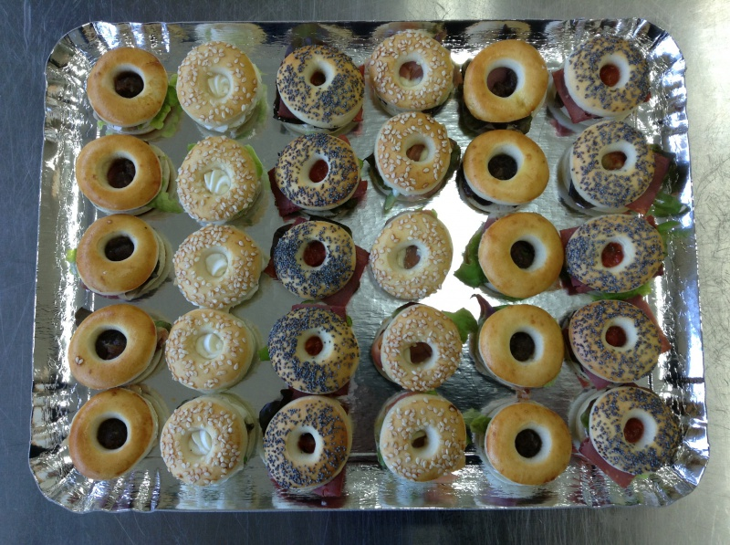 30 bagels cocktail fourrés : 6 pces chèvre/crème au miel, 6 pces truite fumée/tartaraise, 6pces magret de canard/confit d'oignons, 6 pces pastrami/ratatouille, 6 pces jambon cru/philadelphia