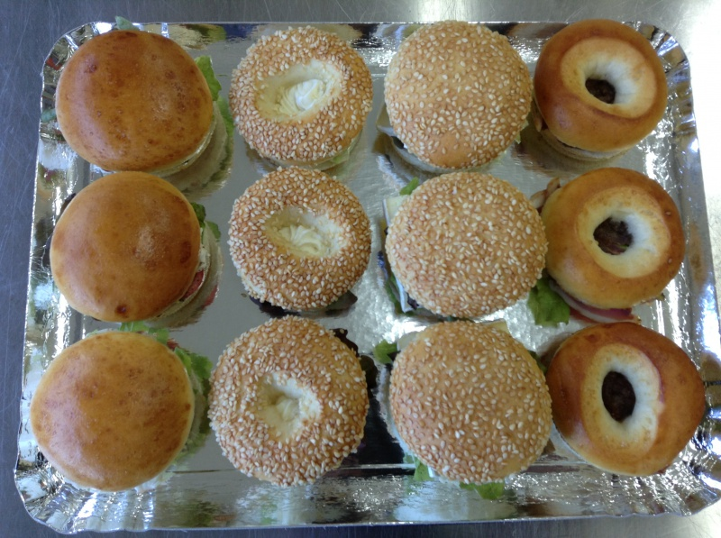6 buns tomates/mozzarella et brie/aubergine 6 bagels fromage de chèvre/pignons et magret de canard/confit d'oignons