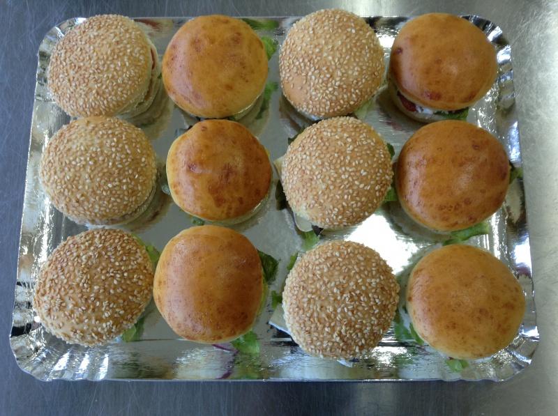 12 buns cocktail fourrés au thon/mayonnaise, poulet/curry, tomates/mozzarella, brie/aubergine