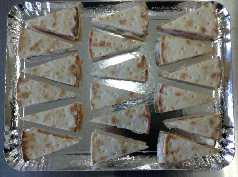 18 triangles polars cocktail fourrés : 6 pces saumon/cottage cheese, 6 pces thon/tomates/oeuf, 6 pces poulet/tartaraise sans viande de porc