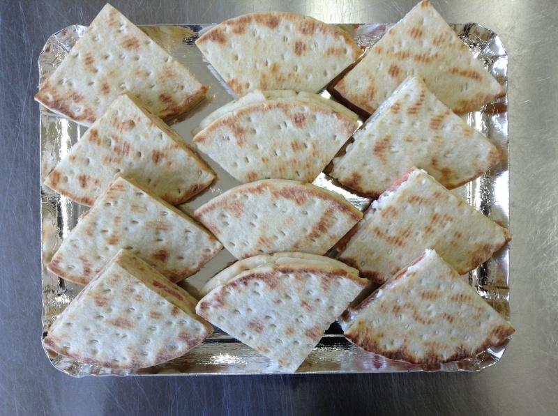12 triangles polars cocktail fourrés au saumon/cottage cheese, thon/tomates/oeuf, poulet/tartaraise