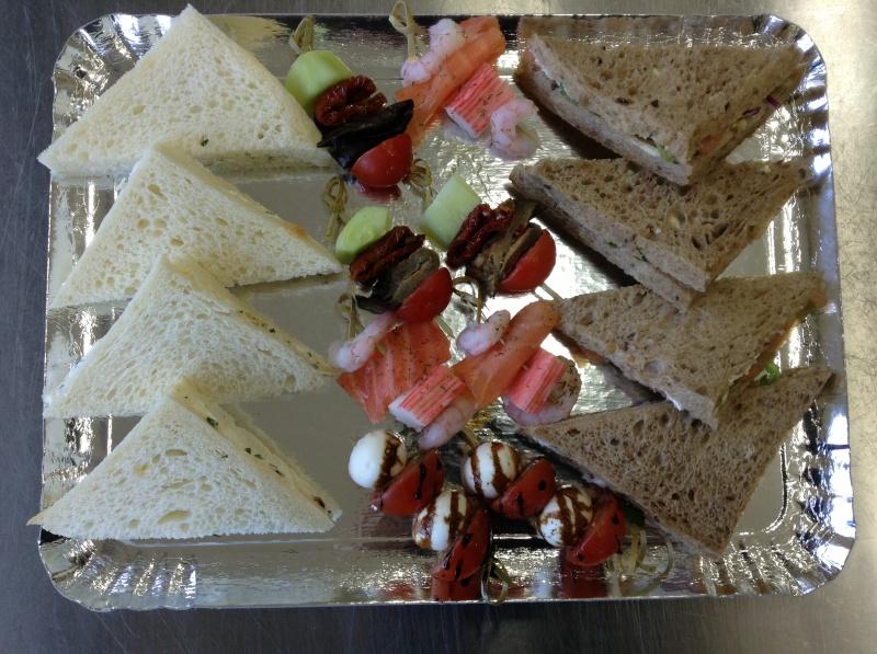 8 triangles toast végétarien au fromage et saumon 8 brochettes végétariennes au poisson et légumes