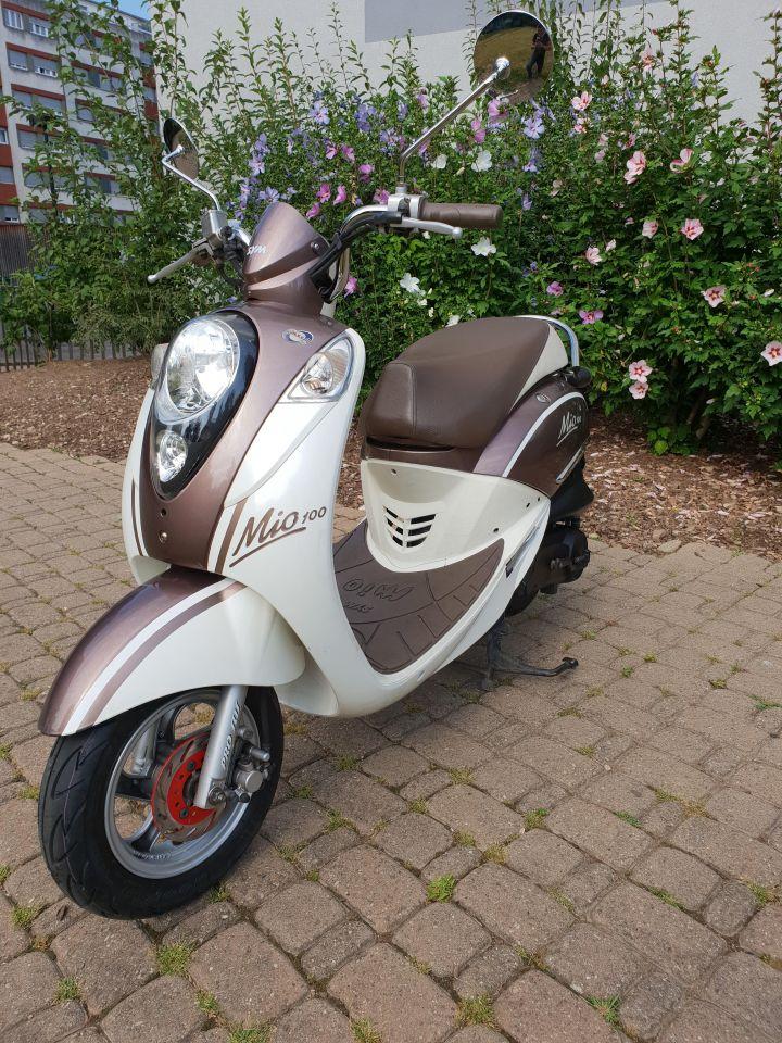 Disponible de suite, scooter Sym Mio 100.  Scooter en très bon état.  -Visite du jour. -Service du jour.  1ère mise en circulation: 29.11.10 Kilomètre:10'216 Km Prix: 1'200.- CHF