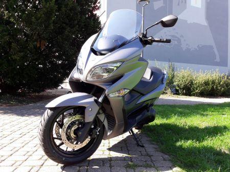Véhicule de démonstration. Scooter en parfait état. 1ère mise en circulation: 26.09.2017 1'500 km  Service 1'000 km effectué.